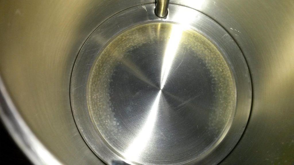 Vedenkeittimen puhdistus etikalla