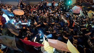 Tuhannet mielenosoittajat ottaneet yhteen poliisin kanssa Hongkongissa