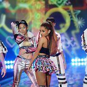 Suosittu Ariana Grande esiintyi muotinäytöksen aikana. Copyright: All Over Press. Photographer: FACUNDO ARRIZABALAGA.