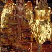 Candice Swanepoel kantoi yllään upeita siipiä. Copyright: ?? www.splashnews.com/ All Over Press. Photographer: Gigi Iorio / Splash News.