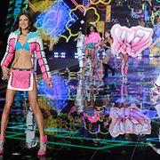 Neonvärit eksyivät Victoria's Secret -muotinäytökseen. Copyright: All Over Press. Photographer: FACUNDO ARRIZABALAGA.