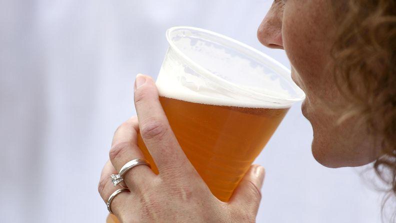 nainen_olut