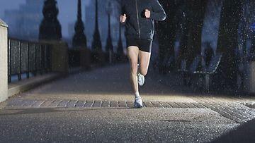 juoksija-pimeässä