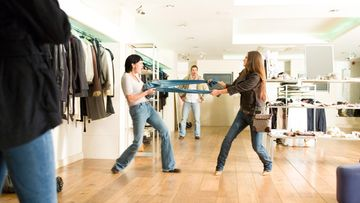 Naiset tappelevat vaatteista kaupassa