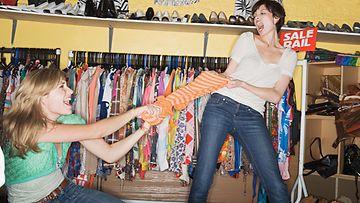 Naiset riitelevät kaupassa