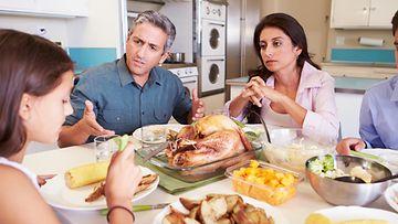 Perhe syö jouluruokaa