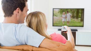 Pari katsoo televisiota