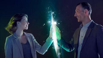 Nainen ja mies koskettavat valoa