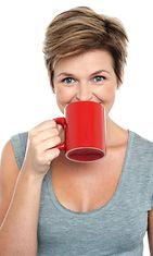 Nainen juo kahvia