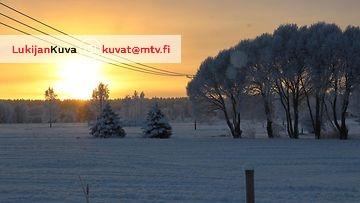 Aurinko hehkuu kuuraisessa maisemassa Utajärvellä 28. joulukuuta 2014. Lukijan kuva: Sinikka Kujala