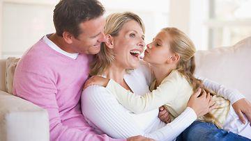 Perhe sohvalla