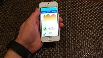 Fitbit Charge -aktiivisuusrannekkeen älypuhelinsovellus iPhone 5S -kännykässä