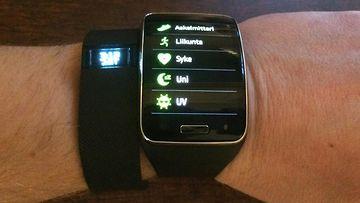 Samsung Gear S -älykello ja Fitbit Charge -aktiivisuusranneke