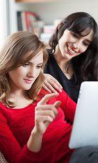 Kaksi naista tietokoneella