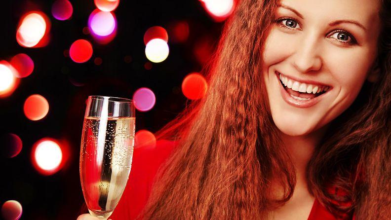 Iloinen nainen juo drinkkiä