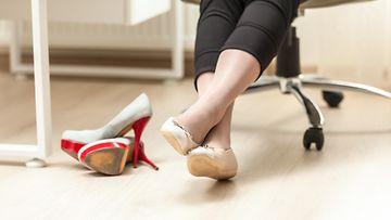 nainen_kengat_toimisto
