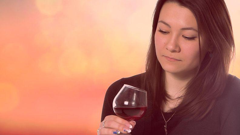 Nainen juo punaviiniä