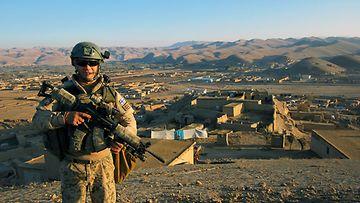 Selviytyjät Suomi -kilpailija Henri Tienvieri rauhanturvaajana Afganistanissa, kuvassa jalkapartiossa.