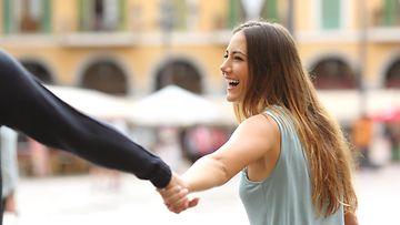 Nainen nauraa kumppanilleen