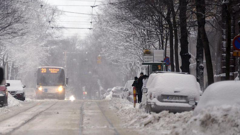 Liikennettä pöpperöisellä Bulevardilla Helsingissä 11. tammikuuta 2015.