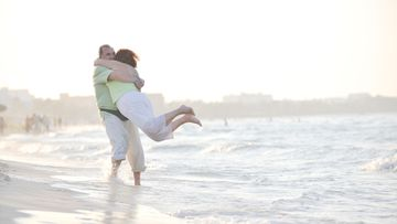 Pari halailee rannalla