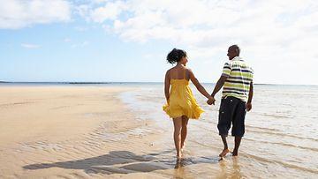 Pari kävelee rannalla