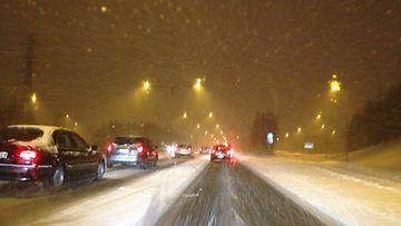 Ruuhkaa lumipyryssä Tuusulanväylällä aamulla 16. tammikuuta 2015.