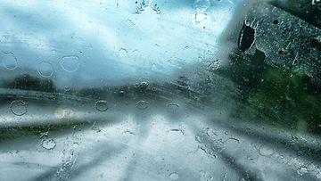 likainen auton tuulilasi