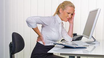 Naisen selkään sattuu konttorituolissa