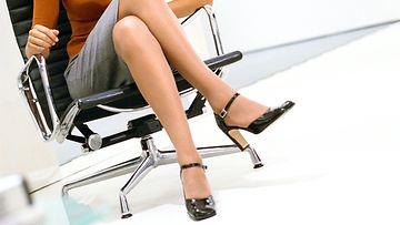 Nainen istuu konttorituolissa