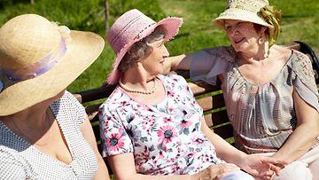 seniorinaiset_istuvat