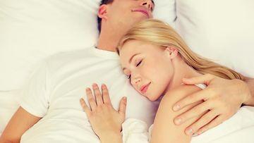 Pari nukkuu sängyssä