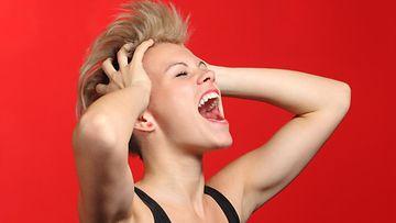 Nainen huutaa