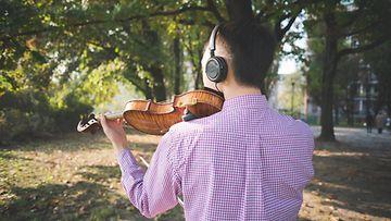 Mies soittaa viulua