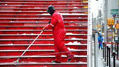 """New Yorkissa valmistaudutaan historian pahimpaan lumimyrskyyn: """"Pysykää kotona"""""""