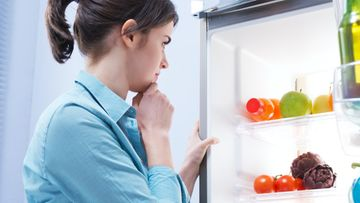 nainen, jääkaappi