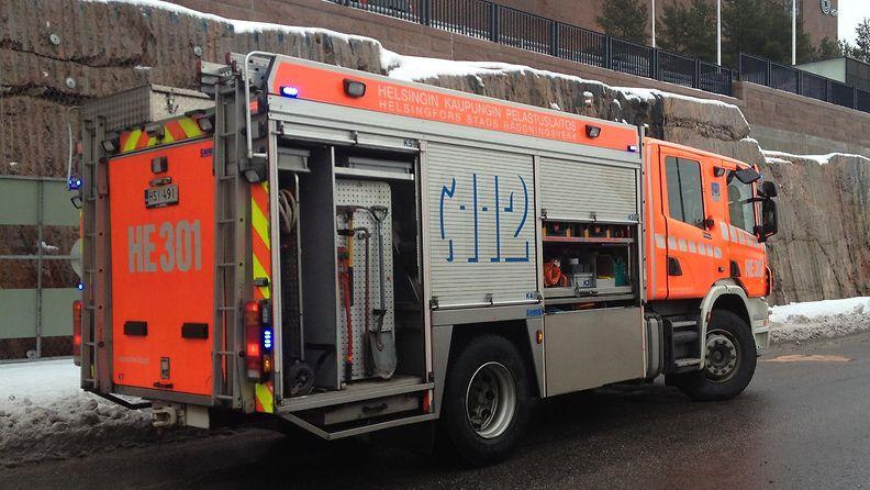 Paloauto hälytystehtävässä Ilmalankadulla Helsingissä 2.2.2015.
