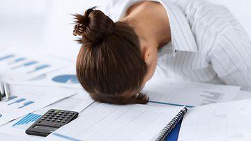 Väsynyt nainen töissä