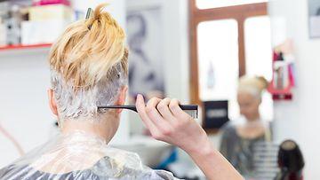 Nainen värjää hiuksia