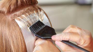 Nainen värjää hiuksia (1)