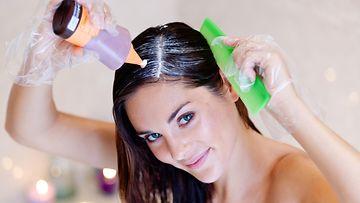 Nainen värjää hiuksia (2)