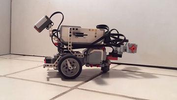 legorobotti, jolla on sukkulamadon aivot. Kuvakaappaus YouTubesta