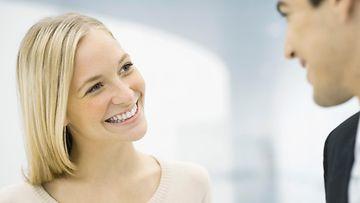Nainen hymyilee miehelle