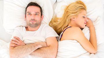 Miehellä ja naisella on ongelmia sängyssä99