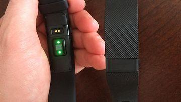 Vasemmalla Fitbit Charge HR:n optiseen sykemittaukseen käytettävät LED-valot, oikealla lähes identtinen Charge -malli