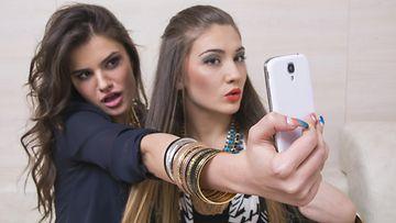 Selfiet aiheuttavat ulkonäköpaineita nuorissa tytöissä.