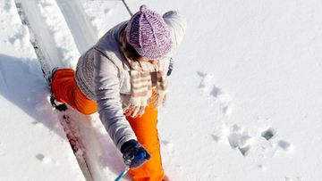 nainen_hiihtää