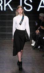DKNY:n vaatteet sopisivat toimistotyöläisellekin – meikki ei niinkään. Copyright: All Over Press.