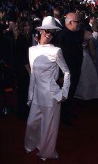 Celine Dion vuoden 1999 Oscar-gaalassa. (Asu: John Galliano for Christian Dior tuxedo)