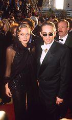 Sharon Stone veljensä kanssa vuonna 1994 Oscar-gaalan punaisella matolla.